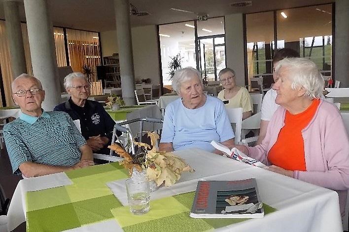Povídání v češtině seniorům nestačí, mají angličtinu i němčinu